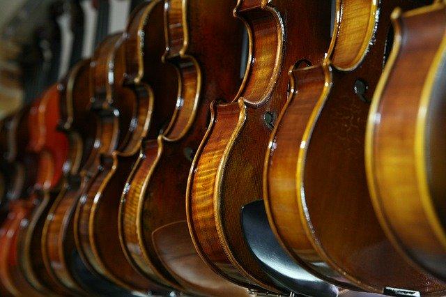 バイオリンが並んでいる写真