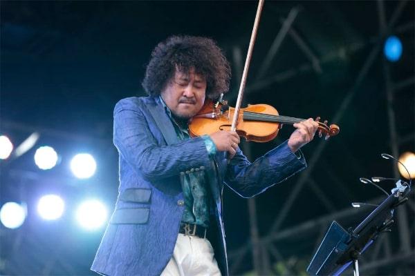 バイオリンを演奏している葉加瀬太郎