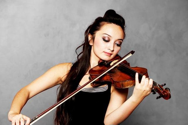 バイオリンを演奏する女性